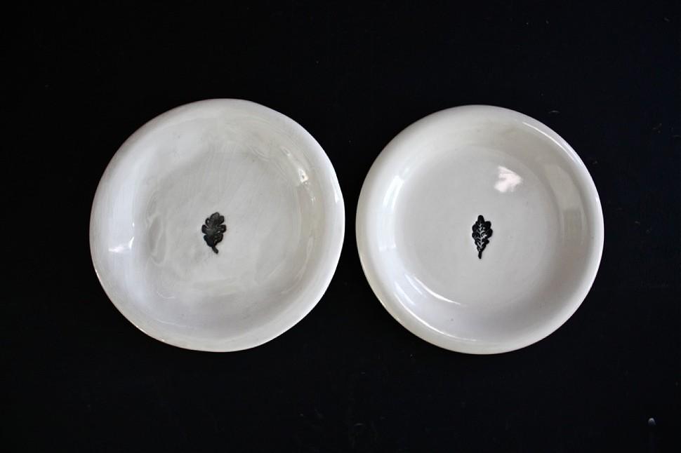 rae_dunn_plates_2__her_original_on_left__knockoff_on_right.jpg